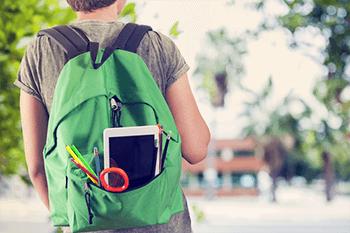 Ein Nachhilfe Schüler mit seinem Rucksack